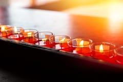 Мир в азиатском виске Свет свечи молитве Будды стоковые фотографии rf