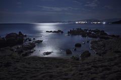 Мир и безмятежность моря на ноче стоковое изображение rf