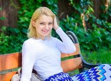 Мир и безмятежность Почему вы заслуживаете пролом Пролом взятия женщины белокурый ослабляя в парке Девушка сидит стенд ослабляя в стоковая фотография