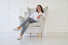 Мир разумов молодой счастливой женщины пока сидящ в кресле Стоковое Изображение RF