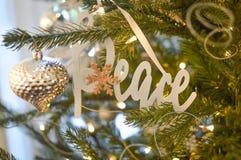 Мир - серебряный орнамент рождественской елки - украшение стоковая фотография rf