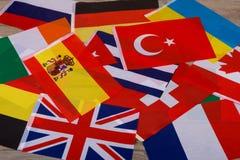Мир сигнализирует, меньшие флаги различных стран стоковые изображения rf
