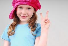 мир девушки показывая детенышей знака Стоковые Фотографии RF