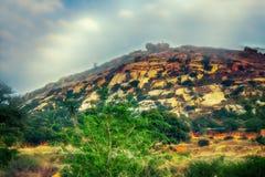 мир grunge фантазии книги предпосылки волшебный вертикальный Фантастичный необыкновенный ландшафт горы Стоковые Изображения