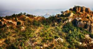 мир grunge фантазии книги предпосылки волшебный вертикальный Фантастичный необыкновенный ландшафт горы Стоковые Фотографии RF