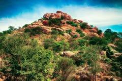 мир grunge фантазии книги предпосылки волшебный вертикальный Фантастичный необыкновенный ландшафт горы Стоковое фото RF