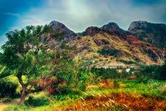 мир grunge фантазии книги предпосылки волшебный вертикальный Фантастичный необыкновенный ландшафт горы Стоковая Фотография RF