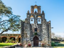 Миссия Espada в миссиях национальном историческом парке Сан Антонио, Техасе на яркий солнечный день стоковые изображения