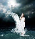 Мистическая богиня в бурном море стоковые фотографии rf