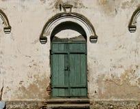 Мистическая дверь к старому особняку стоковые изображения rf