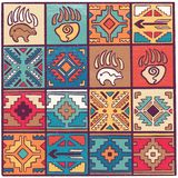 Мистическая и духовная безшовная картина со стрелками, животными следами и геометрическими элементами в племенном стиле бесплатная иллюстрация