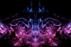 Мистический силуэт испаряясь дыма головы призрака на черной предпосылке в тонких языках голубого пламени выделенных в пинке бесплатная иллюстрация