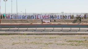 Митинг протеста иммиграции границей сток-видео