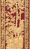 Мифический тайский стиль высекая на деревянной двери виска Стоковая Фотография