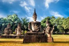 Мифология и религиозные статуи на Wat Xieng Khuan Будде паркуют стоковые изображения rf