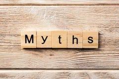 Мифы формулируют написанный на деревянном блоке текст на таблице, концепция мифов стоковые фотографии rf