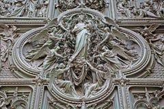 Милан - деталь от главным образом бронзового строба собора - дева мария с ангелами Ludovico Pogliaghi, 1906 Стоковые Изображения