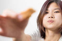 Милая азиатская девушка использует ее руку для того чтобы подать вам кусок пирога Стоковые Фото