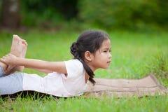 Милая азиатская девушка маленького ребенка делая тренировку Стоковое Изображение