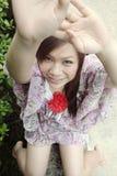Милая азиатская девушка достигая вверх Стоковое Изображение