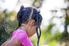 Милая азиатская девушка ребенка имея потеху к ванне и играя воду Стоковые Фото
