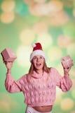 Милая дама в шляпе Санты держа розовый подарок 2 Стоковые Изображения RF