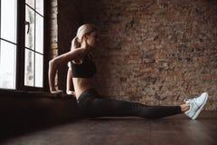 Милая дама фитнеса делает тренировки спорта в спортзале Стоковые Фотографии RF