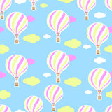 Милая безшовная картина в питомнике Горячий воздушный шар, облака Безшовная предпосылка Картина в пастельных цветах Стоковые Фотографии RF
