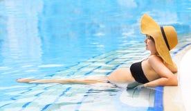 Милая беременная женщина в бассейне стоковые изображения