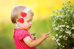 Милая беспечальная девушка играя outdoors в поле стоковые фотографии rf