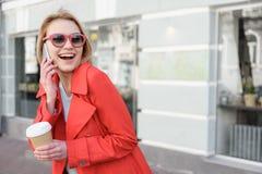 Милая белокурая девушка говоря на мобильном телефоне Стоковое Изображение