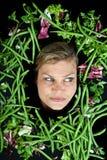Милая белокурая девушка сняла в студии с aroound овощей голову Стоковая Фотография RF