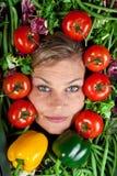 Милая белокурая девушка сняла в студии с aroound овощей голову Стоковые Изображения RF