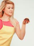 Милая белокурая женщина около для еды пирожного Стоковое Изображение