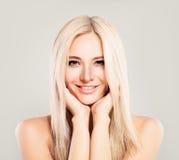 Милая белокурая фотомодель женщины с усмехаться белокурых волос Стоковые Изображения
