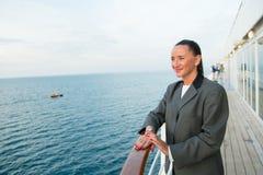 Милая бизнес-леди или счастливая милая девушка на палубе корабля Стоковые Фото