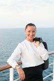 Милая бизнес-леди или счастливая милая девушка на палубе корабля Стоковое Изображение