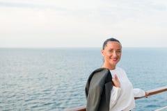 Милая бизнес-леди или счастливая милая девушка на палубе корабля Стоковые Изображения RF