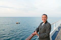 Милая бизнес-леди или счастливая милая девушка на палубе корабля Стоковое фото RF