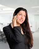 Милая бизнес-леди на сотовом телефоне на офисе Стоковые Изображения