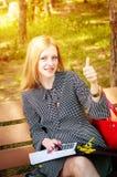 Милая бизнес-леди показывает руку - класс Полностью превосходный жест Стоковая Фотография RF