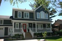 Милая дверь красного цвета дома Стоковые Фотографии RF
