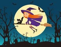 Милая ведьма маленькой девочки с летанием котенка на венике Стоковые Изображения