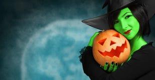Милая ведьма с тыквой стоковое фото rf