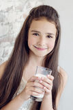 милая выпивая девушка меньшее молоко Стоковое Изображение RF