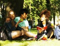 Милая группа в составе teenages на здании университета с книгами Стоковые Фотографии RF