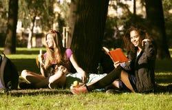 Милая группа в составе teenages на здании университета с huggings книг, нациями разнообразия Стоковые Изображения RF