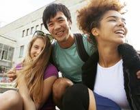 Милая группа в составе teenages на здании  Стоковые Фотографии RF