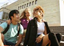 Милая группа в составе teenages на здании  Стоковые Изображения