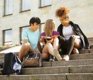 Милая группа в составе teenages на здании  стоковое фото rf